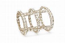 BRACELET « FOLIES BERGÈRES » Bracelet pour revue Folies Bergères Bracelet en métal couleur nickel recouvert de strass ronds Date de ...