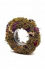 Christian Astuguevieille (né en 1946) BRACELET « JARDIN »  Bracelet en métal couleur canon de fusil, pistils de fleurs artificielles...