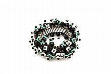 BRACELET ELASTIQUE ET PERLES DE JAIS  Bracelet en métal couleur nickel, perles de jais et plastiques Date de création 2000 Dimension...
