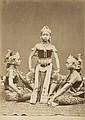INDONÉSIE  Danseuses indonésiennes - Hommes aux sabres - Temple - Vue de Sumatra ,  années 1880 et années 1930 4 épreuves d'époque (..
