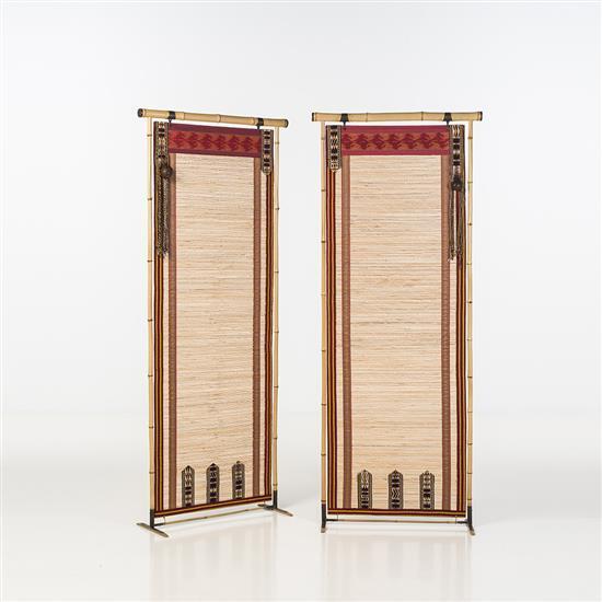 Lilou Grumbach-Marquand Paire d'écrans Structure : bambou Panneaux intérieurs : Shiks décorés de galons ethniques Signés Lilou M