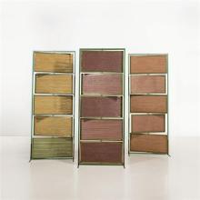 Lilou Grumbach-Marquand Ensemble de trois paravents Structure : bois laqué et cuivre Panneaux intérieurs : cuivre et tissus Signé Li...