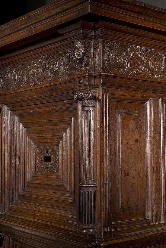 Armoire en ch ne sculpt et moulur avec incrustations d 39 b - Armoire trois portes coulissantes ...