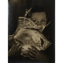 Maurice Tabard (1897-1984)Sans titre (femme avec le Gros Poisson Vagues de