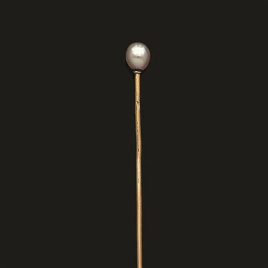 Épingle de cravate en or jaune 750°/oo, l''extrémité ornée d''une perle de culture ou perle fine. Numérotée 8574.