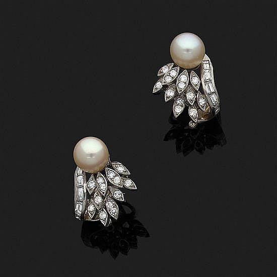 Paire de boucles d''oreille de forme volute en or gris 18 k (750‰) et platine, chacune ornée d''une perle de culture surmontée de diam.