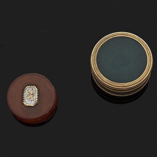 Boite ronde en or jaune émaillé vert mat, l''intérieur en écaille blonde orné d''une miniature (accidents)