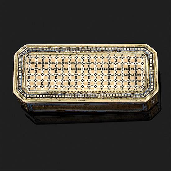 Boite rectangulaire à pans coupés en or jaune 18k, 750‰ à décor guilloché et gravé. Les bordures ornées de filets d''émail bleu (acci..