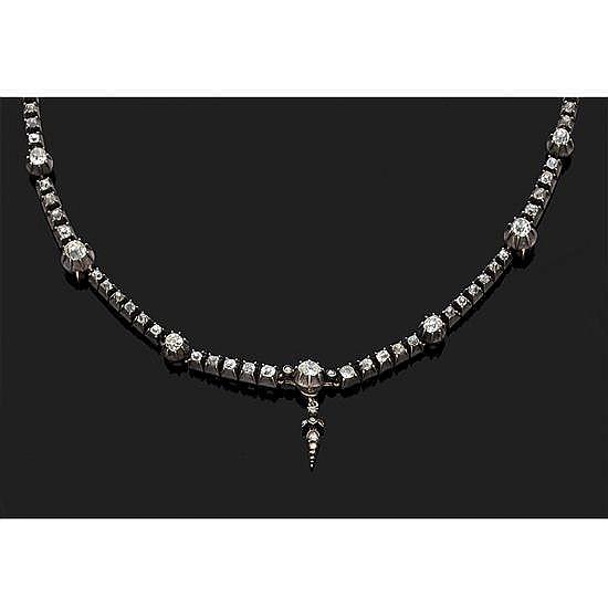 Collier ligne en argent 800‰ et or 9k, 375‰ orné de neuf diamants taillés en coussin alternés de lignes de diamants taillés en table...