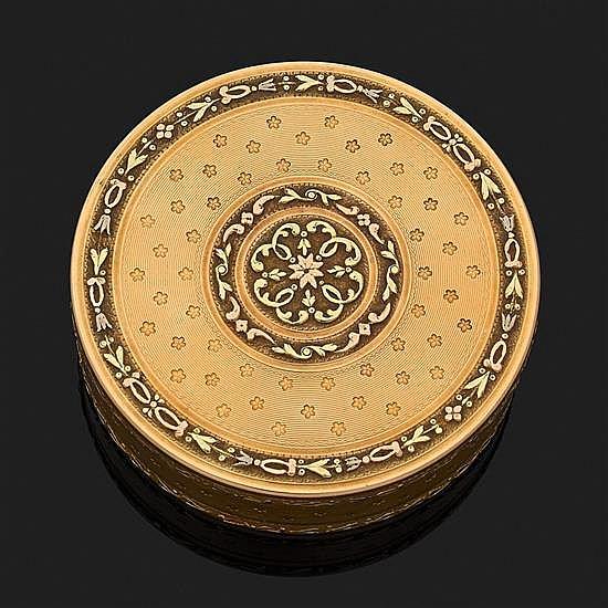 Boîte ronde en ors de trois tons 18k, 750‰ à décor finement ciselé de frises et fleurettes sur fond guilloché.Probablement Paris 178...