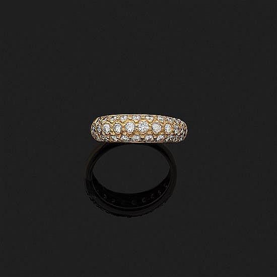 Anneau en or jaune 18k, 750‰ orné d''un pavage de diamants taille brillant.Tdd : 56