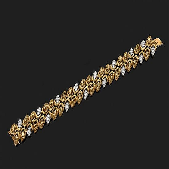 Bracelet ruban en or jaune 18k, 750‰ et platine 850‰ à maillons épis entrelacés et martelés, certains sertis de diamants taille bril...