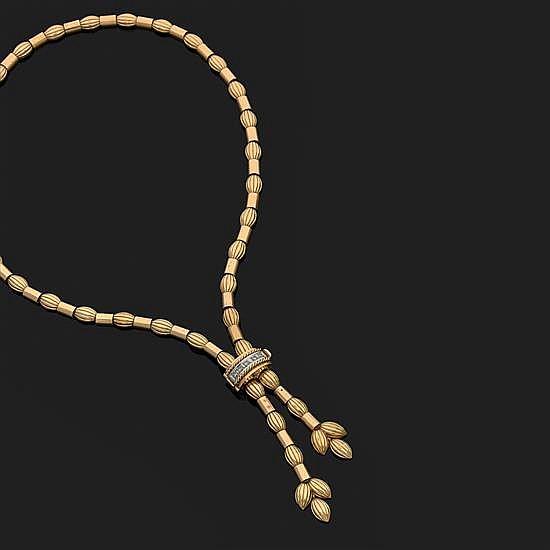 Collier en or jaune 18k, 750‰ à maillons ovales godronnés et barrettes lisses. Le fermoir serti d''une ligne de diamants ronds. Vers ..