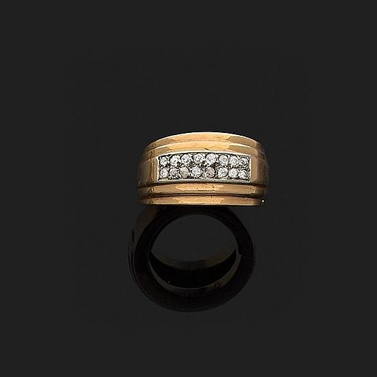 Anneau en or jaune 18k, 750‰ à godrons orné au centre d''un motif pavé de diamants taille ancienne