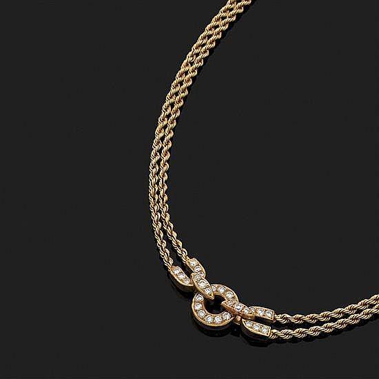 O. J. PERRIN, ParisCollier en or jaune18k, 750‰ à deux brins de chaîne torsadée. Au centre un motif serti de diamants taille brillant.