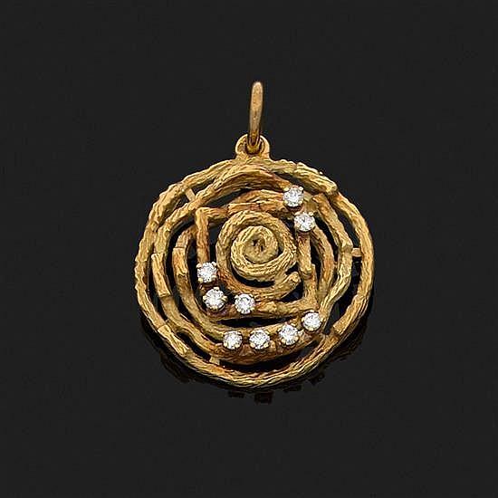 Pendentif rosace en or jaune 18k, 750‰ martelé à l''imitation du bois orné de diamants taille brillant.Diamètre : 3 cm
