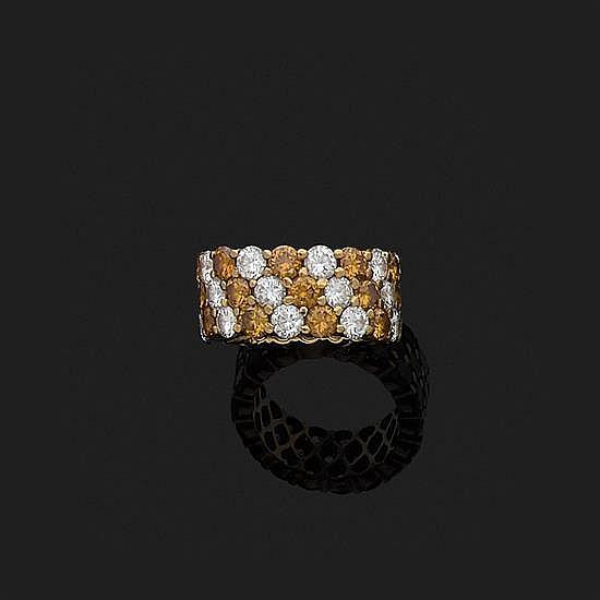 Alliance en or jaune 18k, 750‰ ornée de lignes de diamants taille brillant blancs et cognac disposés en biais par groupes de trois.T...