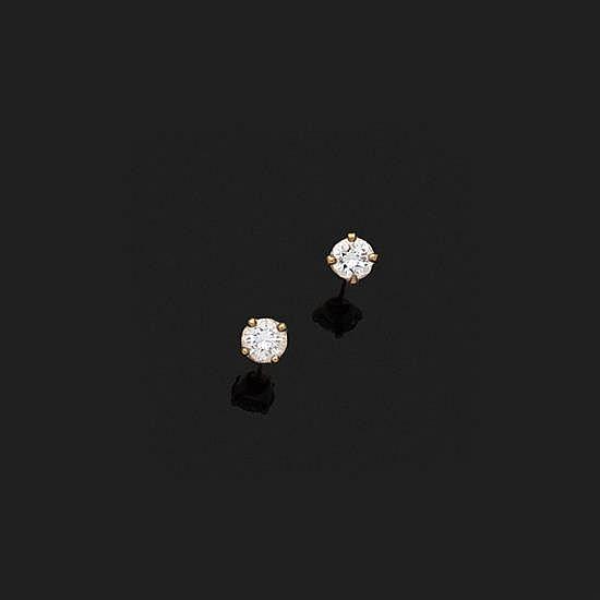 Paire de clous d''oreilles en or jaune 18k, 750‰ ornés de deux diamants ronds.Poids des diamants : 0,25 ct environ chacun