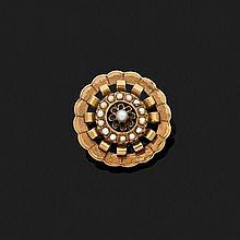 Broche rosace en or jaune 18k, 750‰ ornée de demi-perles.Epoque fin XIXe siècle