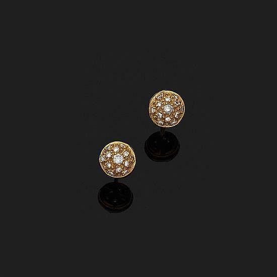 Paire de boutons d''oreilles demi-sphères en or jaune 18k, 750‰ pavés de petits diamants ronds