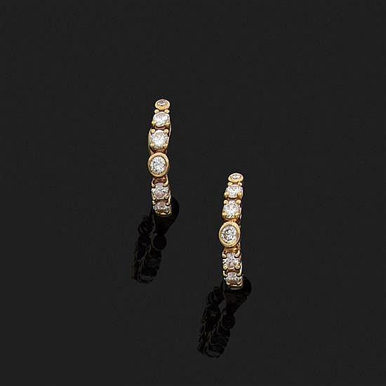 O.J. PERRIN, Paris.Paire de clips d''oreilles demi-créoles en or jaune 18k, 750‰ ornés de diamants ronds.
