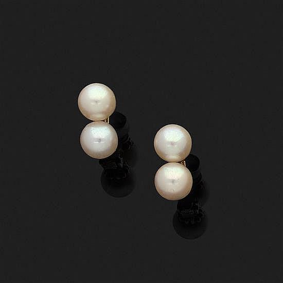 Paire de clips d''oreilles en or jaune 18k, 750‰ ornés chacun de deux perles de culture.Signée ELDE.