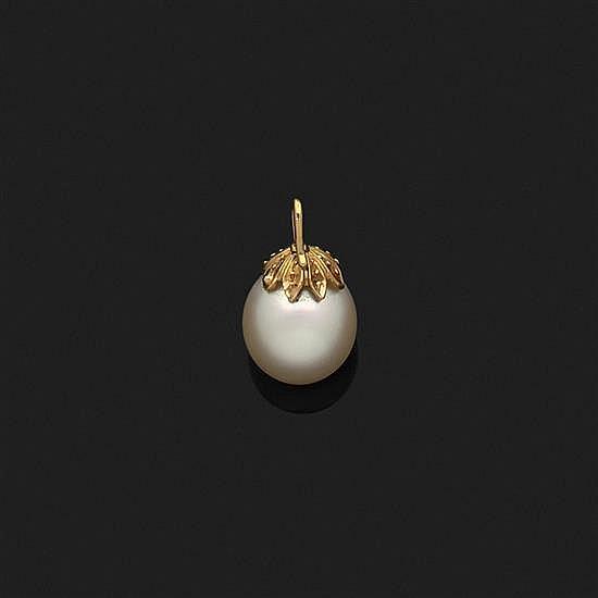 Pendentif en or jaune 18k, 750‰ retenant une perle de culture en forme de goutte