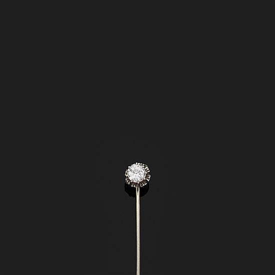 Epingle de cravate en platine et or gris 18k, 750‰ ornée d''un diamant rond de taille ancienne.Poids brut : 1,1 g