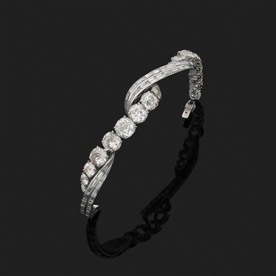 Bracelet torsadé en platine 850‰ orné de lignes sinueuses serties de diamants ronds (TA) et de diamants taille baguette