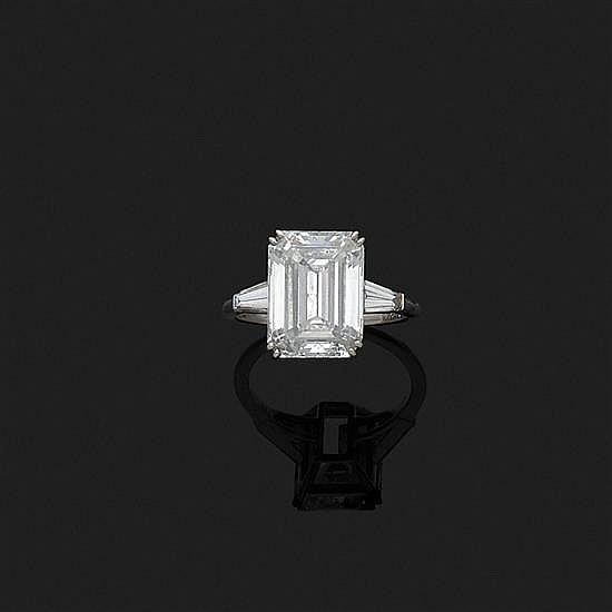 Bague en platine 850‰ ornée d''un diamant taille émeraude monté en solitaire épaulé par deux diamants tapers.Poids brut : 4,5 g