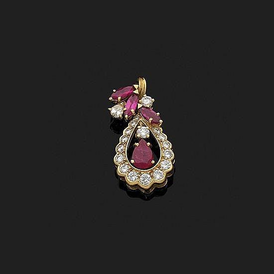 Pendentif piriforme en or jaune 18k, 750‰ orné de diamants ronds taille brillant et de rubis taillés en poire et en navette Poids...