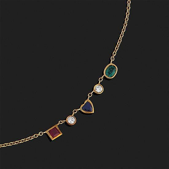 Collier chaînette en or jaune retenant un rubis carré, un saphir coeur, une émeraude ovale et deux diamants ronds sertis clos.Porte ...