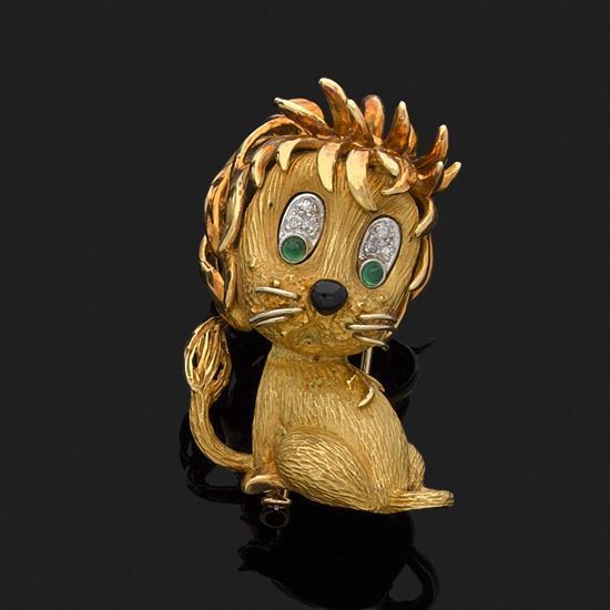 Broche lion ébouriffé en or jaune 18k, 750‰ lisse et satiné, les yeux ornés de cabochons d''émeraude rehaussés de diamants, de l''émai.