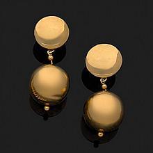 Paire de pendants d''oreilles en or jaune 18k, 750‰ retenant une boule en pampille.Hauteur : 5,7 cm