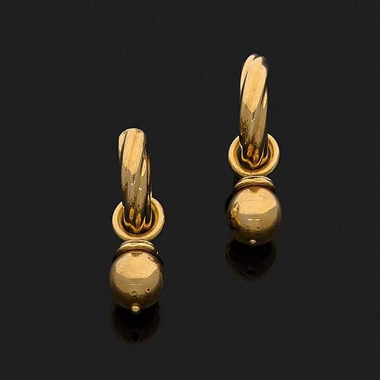 Paire de boucles d''oreilles créoles en or jaune 18k, 750‰ godronné et torsadé retenant une boule (amovible)