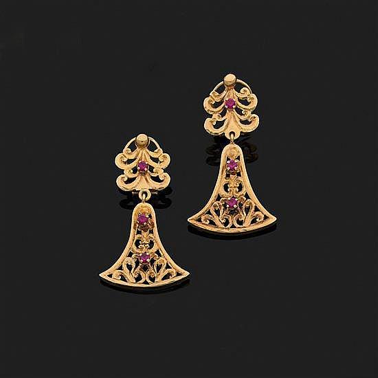 Paire de pendants d''oreilles articulés en or jaune 18k, 750‰ ajouré ornés de pierres rouges.Hauteur : 4,8 cm