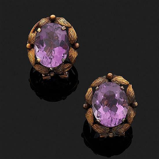 Paire de clips d''oreilles en or jaune 18k, 750‰ à décor de fleurs ciselées centrés de pierres violettes