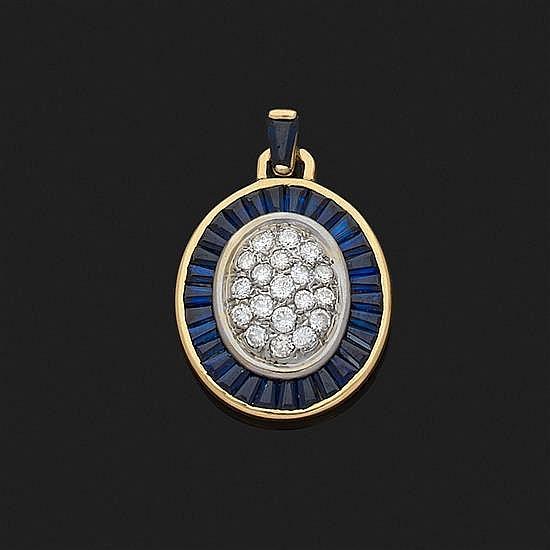 Pendentif ovale en or jaune 18k, 750‰ centré d''un motif pavé de diamants taille brillant dans un entourage rayonnant de saphirs cali..