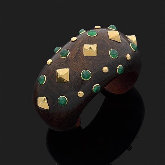 TRIANON.Bracelet manchette en bois précieux parsemé de cabochons d''émeraude sertis clos et clouté d''or jaune 18k, 750‰.