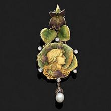 Pendentif articulé en or jaune émaillé polychrome rehaussé de petits diamants taillés en rose. Il est orné d''un profil de femme dans..