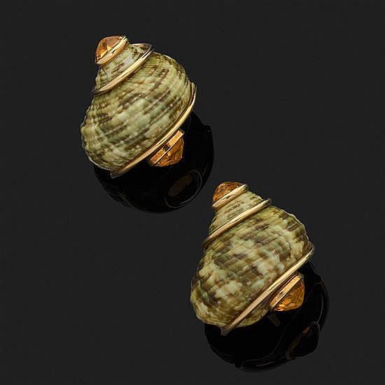 SEAMAN SCHEPPS.Paire de clips d''oreilles composés de coquillages naturels cerclés d''or jaune 18 k, 750‰ et de citrines.