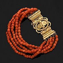 Bracelet composé de cinq rangs de boules de corail facettées, le fermoir en or jaune 18k, 750‰ ciselé. (Chocs)Epoque Napoléon III