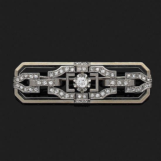 Broche plaque à décor géométrique en or gris et platine ornée de diamants taille ancienne et taille 8/8.Années 1930.
