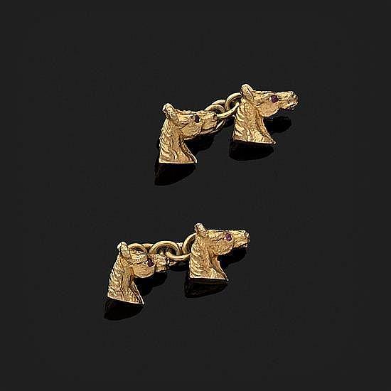 Paire de boutons de manchettes en or jaune 9k, 375‰ à décor de tête de cheval, l''oeil orné d''un rubis