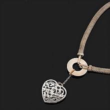 Collier en argent à maillons souples imitant le tissu retenant un disque et un motif ajouré en forme de coeur en pampille.Diamètre i...