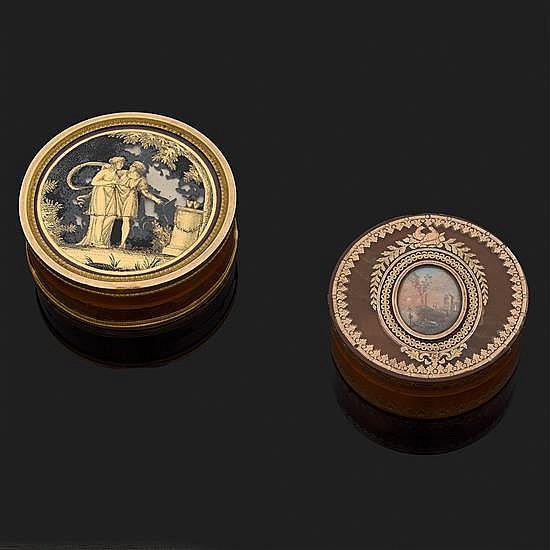 Boite ronde en écaille blonde cerclée d''or à décor de couple en fixé sous verre (accidents)