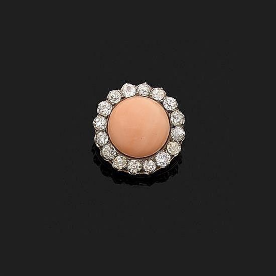 Broche ronde en or jaune 18k, 750‰ et platine 850‰ ornée d''un cabochon de corail dans un entourage de diamants taille ancienne