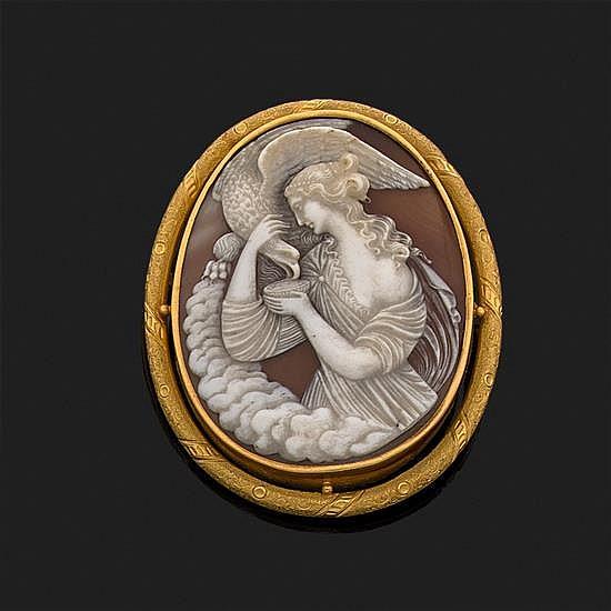 Camée sur coquillage représentant une scène mythologique (femme nourrissant un aigle)