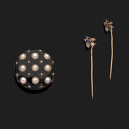 Coulant de foulard en or jaune 18k, 750‰ émaillé noir, parsemé de demi-perles et de diamants taillés en rose.On y joint deux épingle...