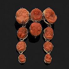 Broche en argent 800‰ doré à pampilles orné de dix camées sur corail de taille dégressive représentant des personnages en buste